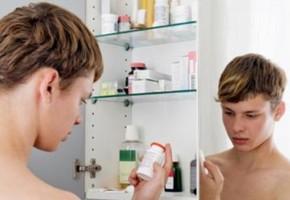 ragazzo-armadietto-medicine